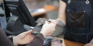 Kontaktlos zahlen im Geschäft