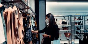 Frau mit Maske beim Shoppen